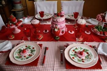 une table d cor e avec des fraises et des pivoines. Black Bedroom Furniture Sets. Home Design Ideas