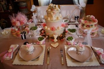 une table de mariage rose et blanche. Black Bedroom Furniture Sets. Home Design Ideas
