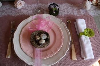 une table printani re vieux rose et beige. Black Bedroom Furniture Sets. Home Design Ideas