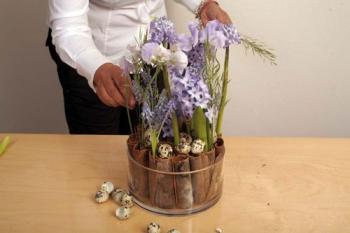 une composition florale avec des jacinthes et muscaris. Black Bedroom Furniture Sets. Home Design Ideas