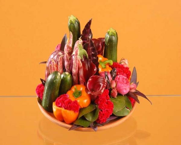 Composition gourmande de fleurs et de l gumes - Composition florale avec fruits legumes ...