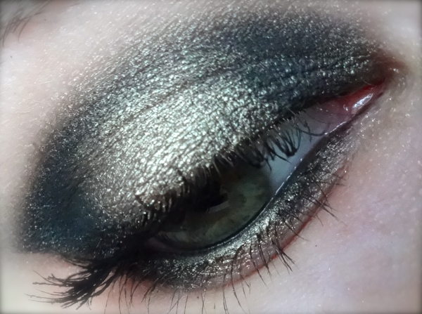 Les crayons appliqués préalablement sur la paupière intensifieront les  couleurs et vous serviront de base pour le reste du maquillage.