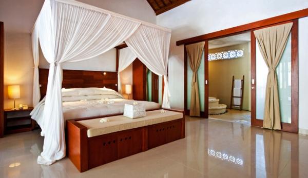 pour finir en beaut vous pouvez disposer un tissu batik riche en nuances de couleurs et en motifs la manire dun jet de lit charme garanti - Chambre Exotique
