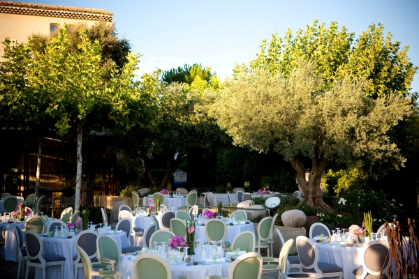 les tables ont t dresses en extrieur dans un blanc immacul lensemble est sublim par le soleil - Mariage Mas Provencal