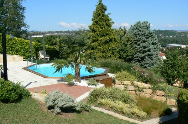 Une piscine dans un jardin en pente c est possible for Amenagement piscine terrain en pente
