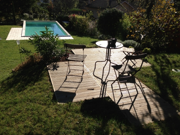 Maison avec terrain en pente jardin en pente moderne for Faut il un permis pour une piscine hors sol