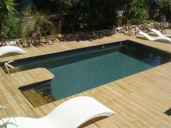 Une piscine dans un jardin en pente c est possible for Piscine petit bassin